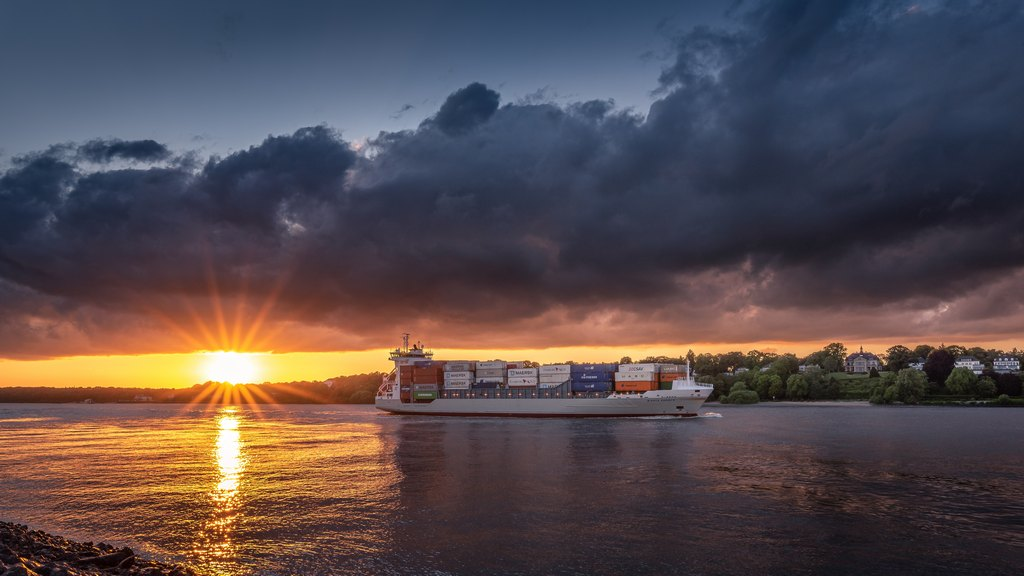 Sunset Containerschiff Amazing clouds